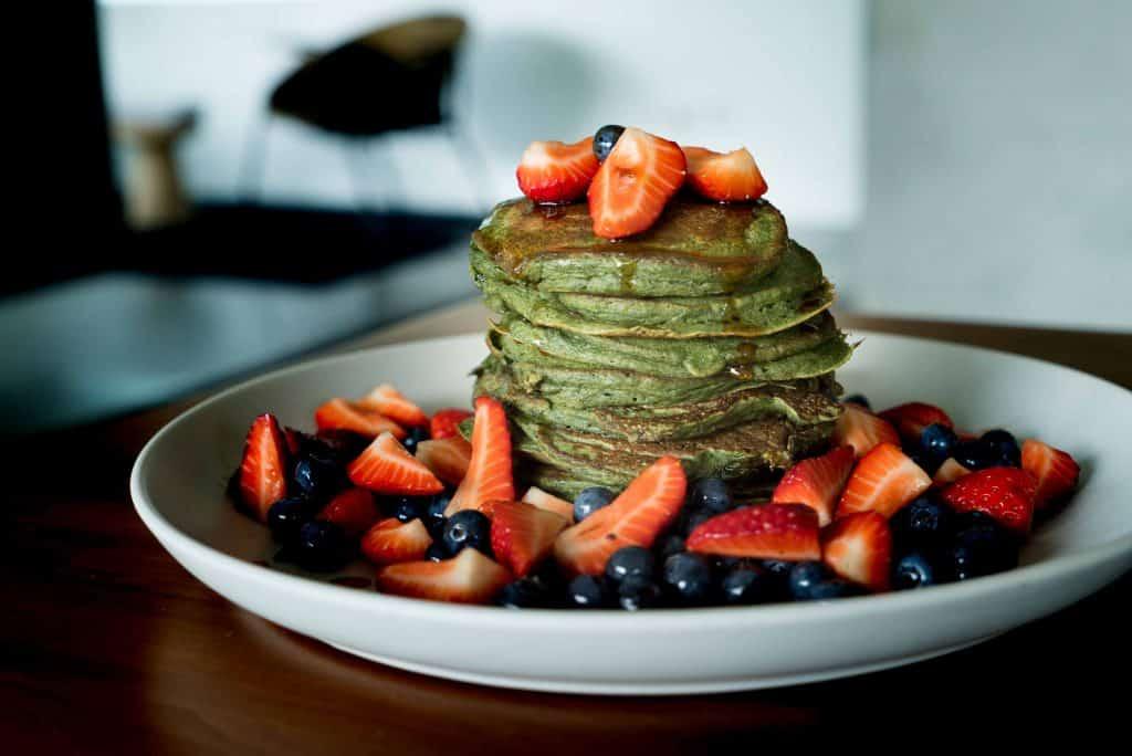 gesundes frühstück spinat pancakes