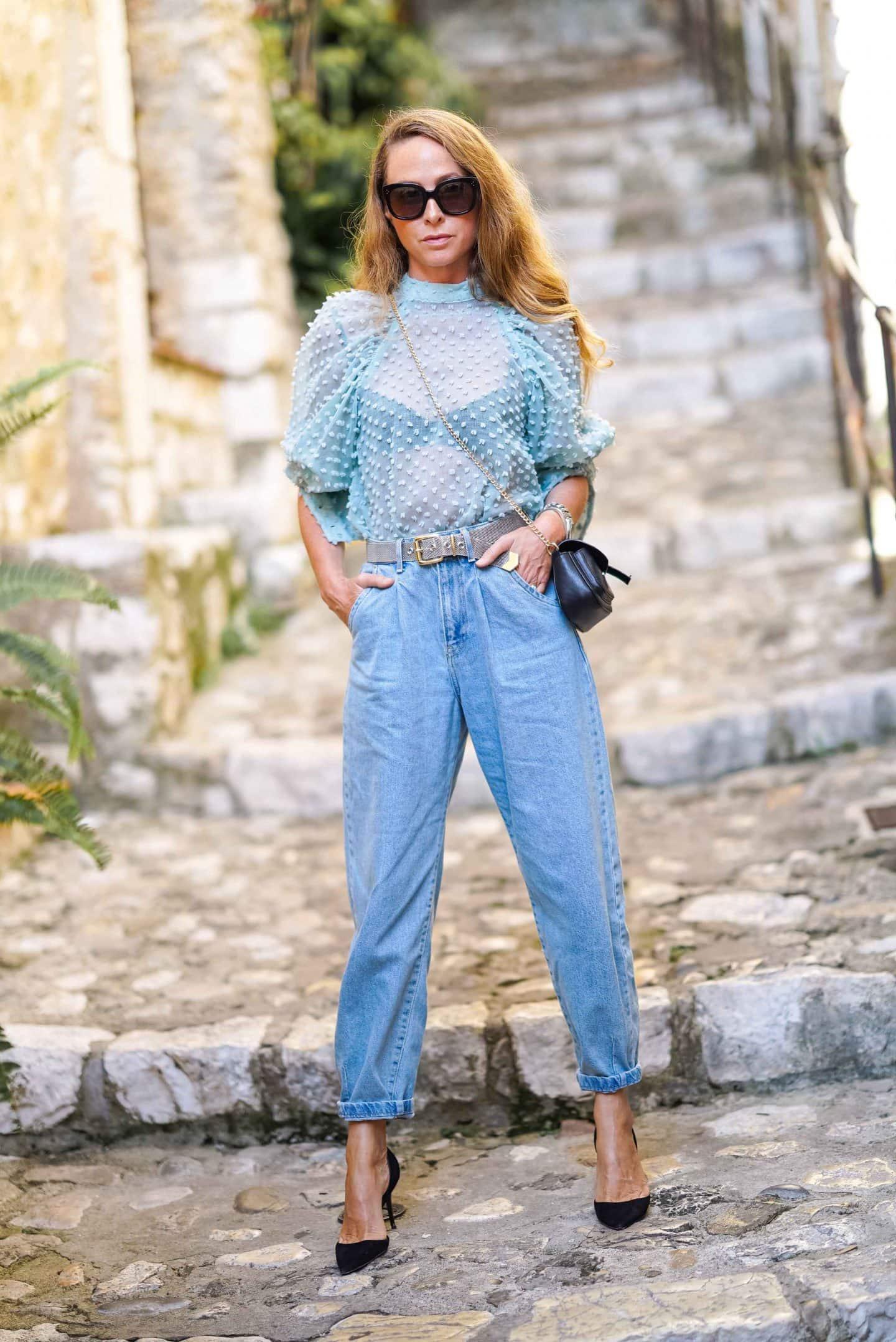 Nicki Nowicki in eine Slouchy Jeans