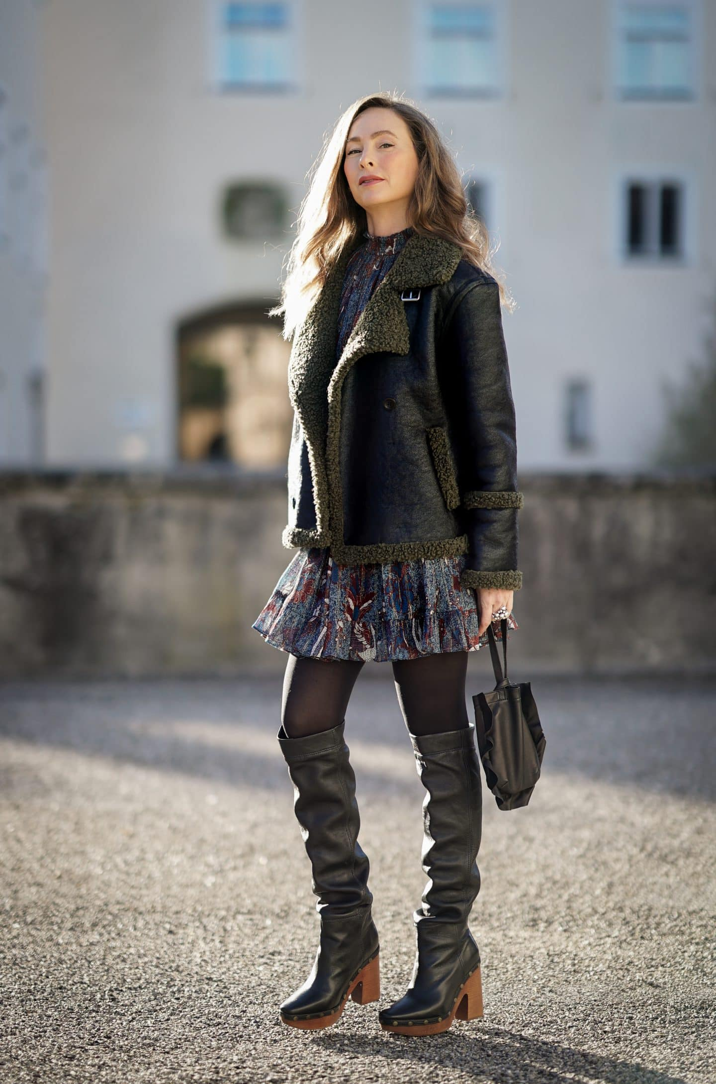 Boho Kleid im Winter stylen Nicki Nowicki Bloggerin 40 plus